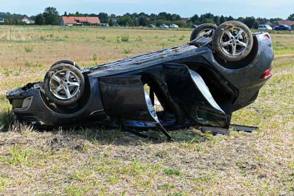 Renault fliegt aus Kurve und überschlägt sich, zwei verletzte