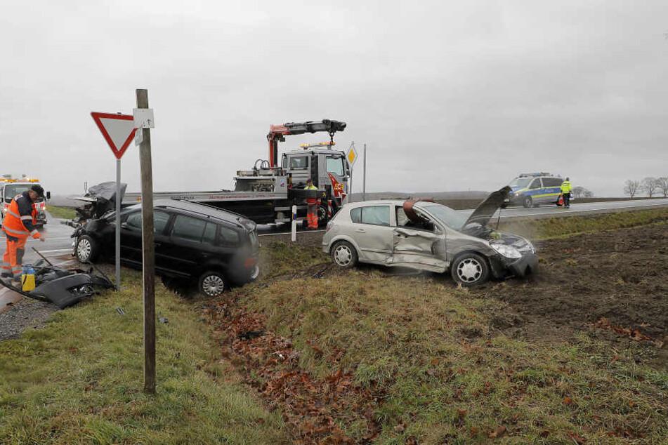 Beide Autos wurden auf ein Feld geschleudert.