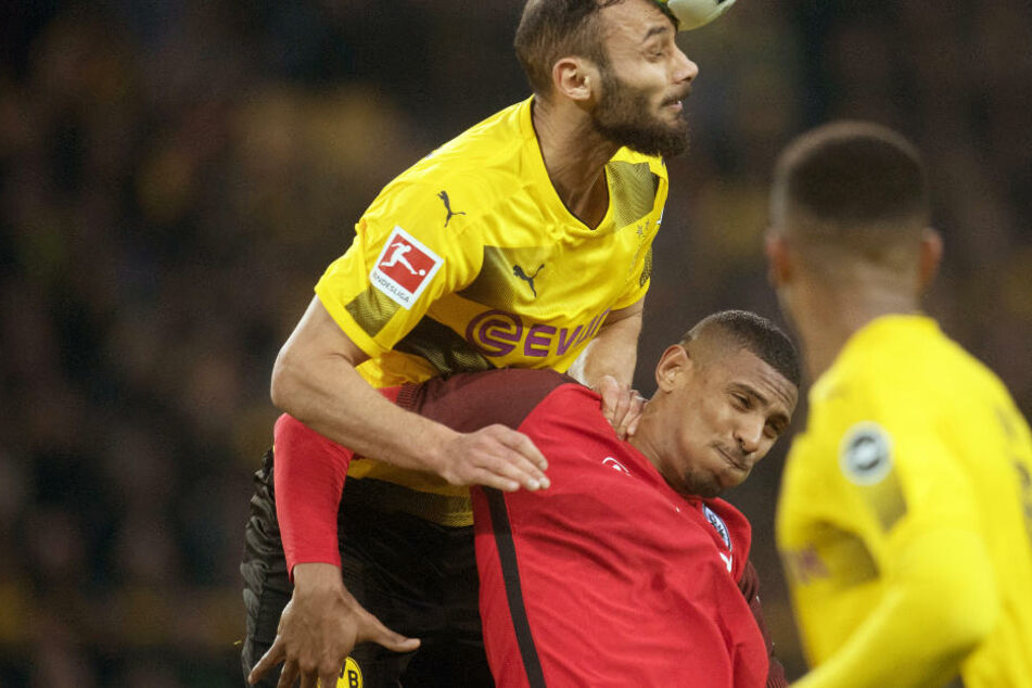 Dortmunds Ömer Toprak (l) und Sebastien Haller von Frankfurt im Zweikampf.