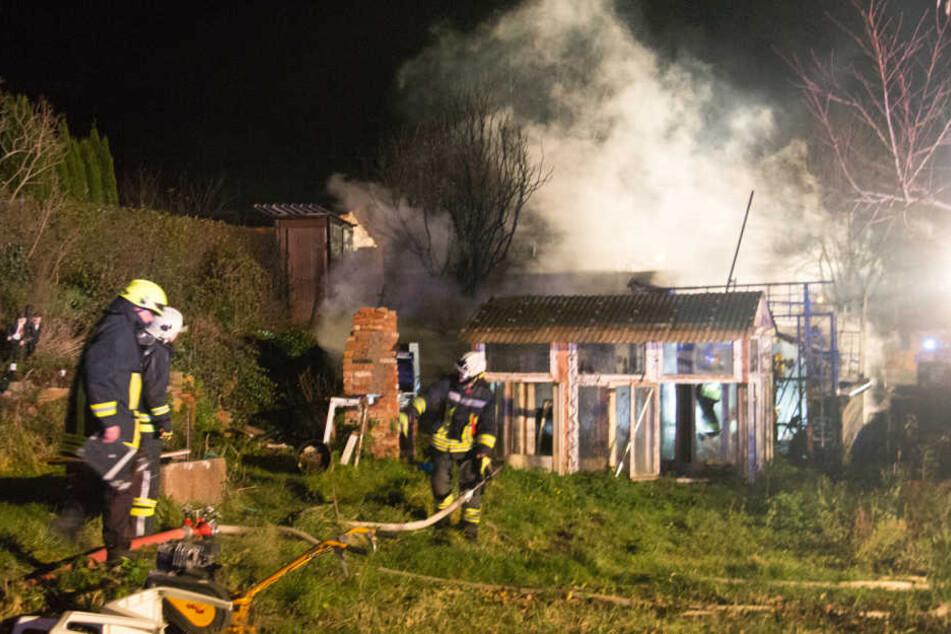 Die Feuerwehr musste auch die angrenzenden Häuser schützen.