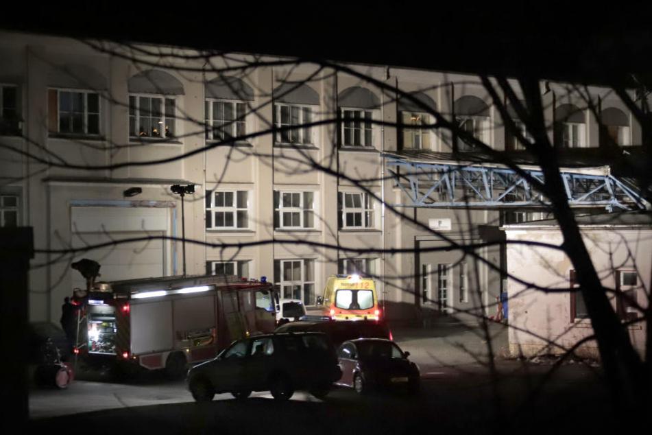 Ein Mann stürzte acht Meter tief durch das Dach eines Industriegebäudes.