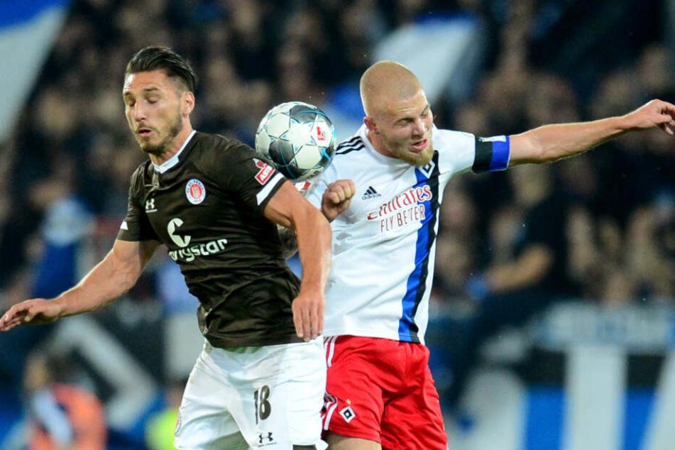 Im Hamburger Derby setzte sich Diamantakos gegen HSV-Verteidiger Rick van Drongelen durch.