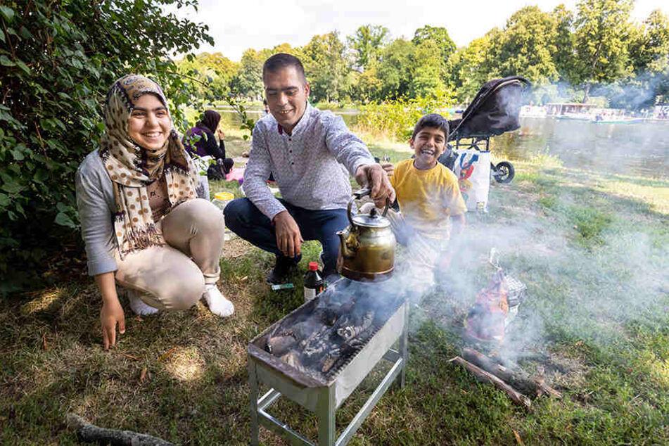 Papa Mawhood Khadir (29) grillt mit Tochter Sanah (11) und Sohn Abdullah (9) am liebsten auf der Schlossteichinsel.