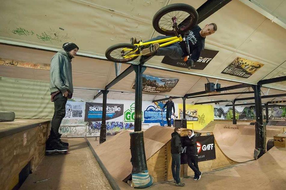 12.000 Skateboarder und BMX-Fahrer nutzen die arg ramponierte Halle in der Schönherrfabrik. Das Rathaus will einen Hallenneubau am Konkordiapark unterstützen.