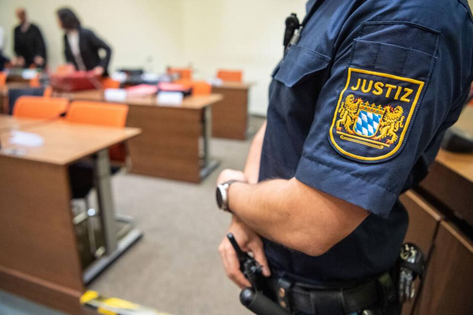 Fünf Männer überfallen Ehepaar, jetzt müssen sie sich vor Gericht verantworten