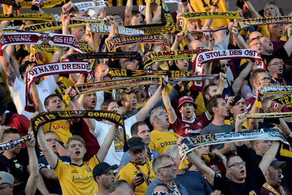 Zahlreiche Dynamo-Fans waren nach Hamburg zur Unterstützung der Mannschaft gereist.