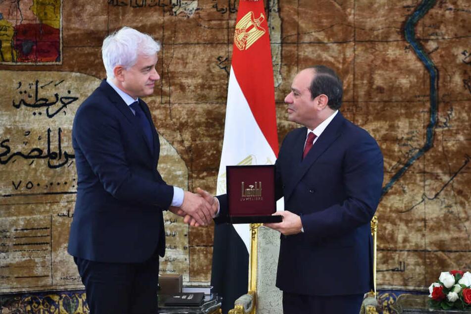 Ballchef Frey (l) bei der Übergabe des St.-Georgs-Orden an Abdel Fattah El-Sisi.