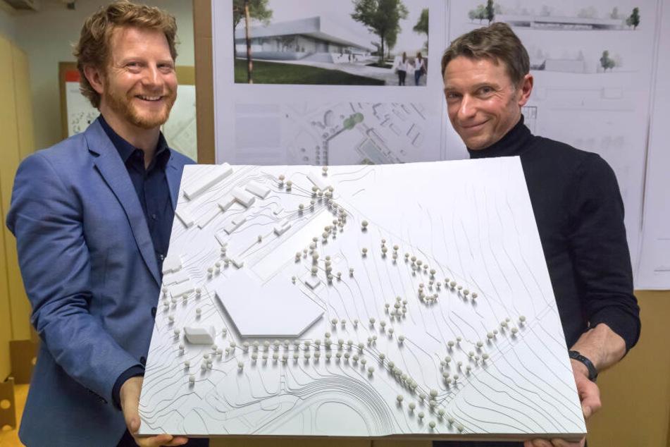 Baubürgermeister Michael Stötzer (47, Grüne, l.) und Architekt Martin Boden-Peroche (51) zeigen den Entwurf des geplanten Schwimm-Paradieses.