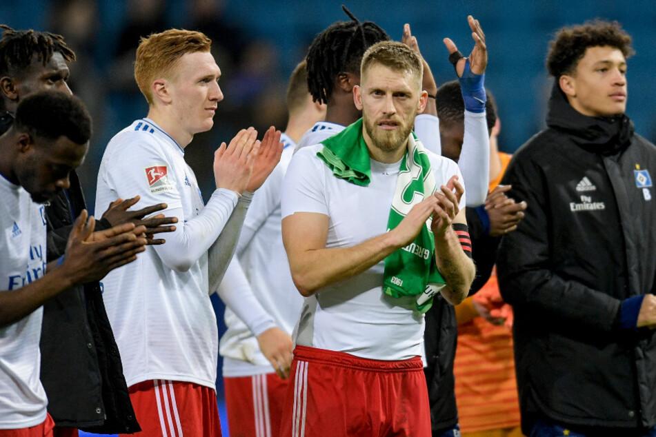 Die Spieler des HSV mit Aaron Hunt (M) bedanken sich bei den Fans. Das nächste Spiel findet jedoch ohne Zuschauer statt.