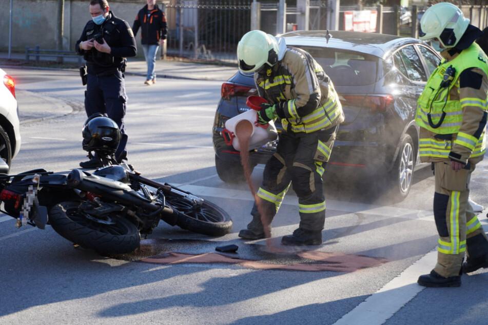 Motorrad prallt gegen Opel: Zwei Menschen landen im Krankenhaus