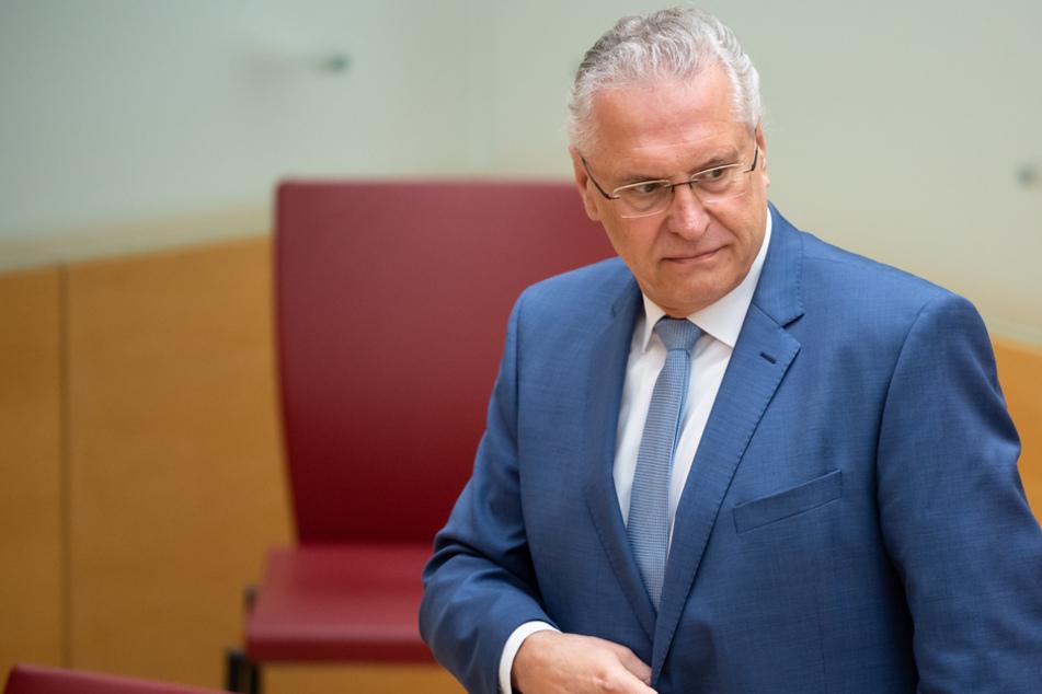Innenminister Joachim Herrmann ist sich der notwendigen Grundrechtseingriffe bewusst. (Archiv)