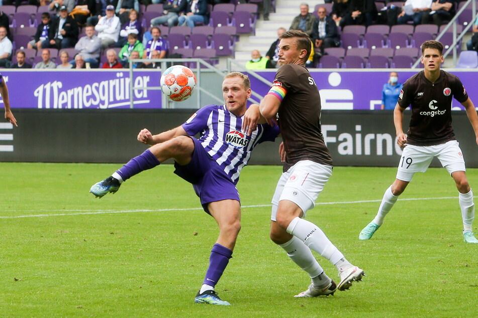 Ben Zolinski (29, l.), hier im Zweikampf mit Philipp Ziereis vom FC St. Pauli, will am Montag mit seinem FCE Aue beim FC Ingolstadt 04 gewinnen und in die 2. Runde des DFB-Pokals einziehen.