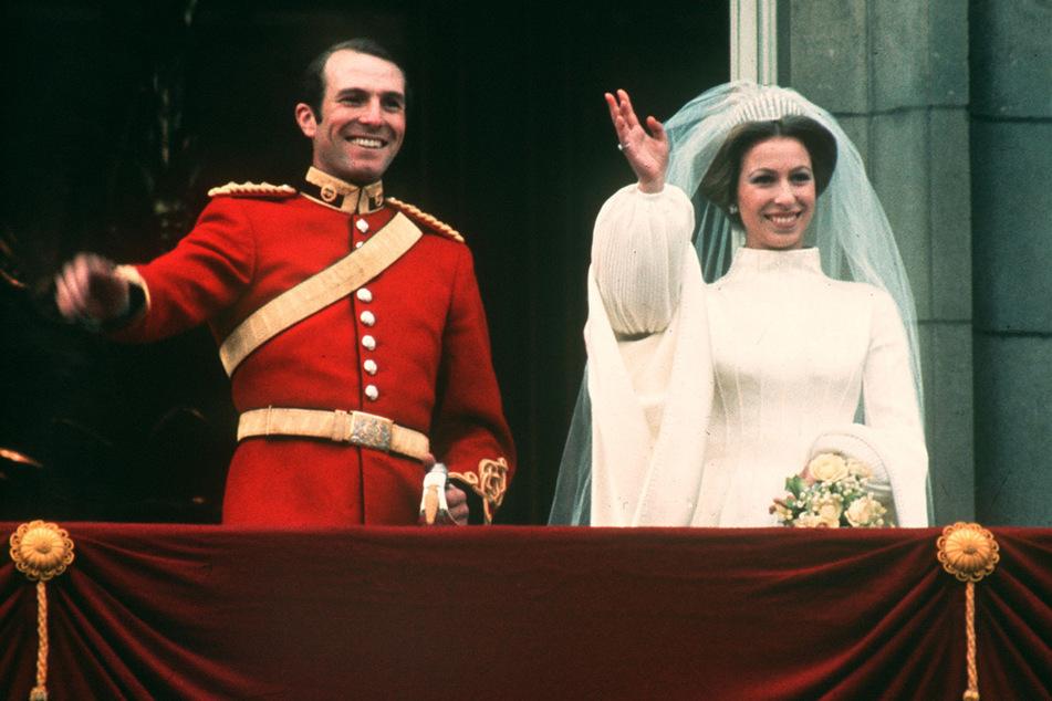 14. November 1973: Prinzessin Anne und ihr Mann Mark Phillips stehen nach ihrer Hochzeit auf dem Balkon des Buckingham-Palastes.