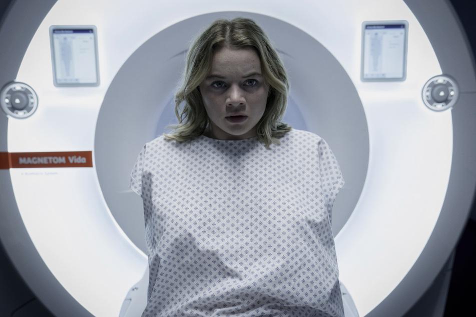 """Mia (Luna Wedler, 21) in einer Szene aus """"Biohackers"""". Die Schauspielerin findet es erschreckend, dass manche Erlebnisse aus der Vergangenheit nicht mehr abrufbar sind."""