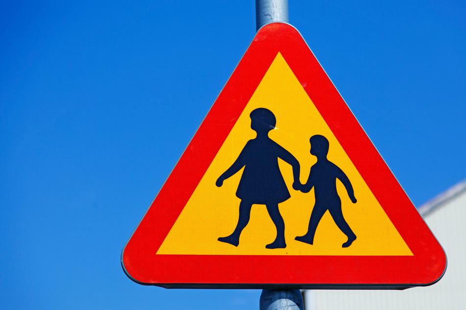 """In vielen Siedlungen weisen Schilder darauf hin, dass Kinder jederzeit die Straße überqueren könnten. Der Dreijähriger wurde in solch einer """"Spielstraße"""" vom Auto erfasst. (Symbolbild)"""