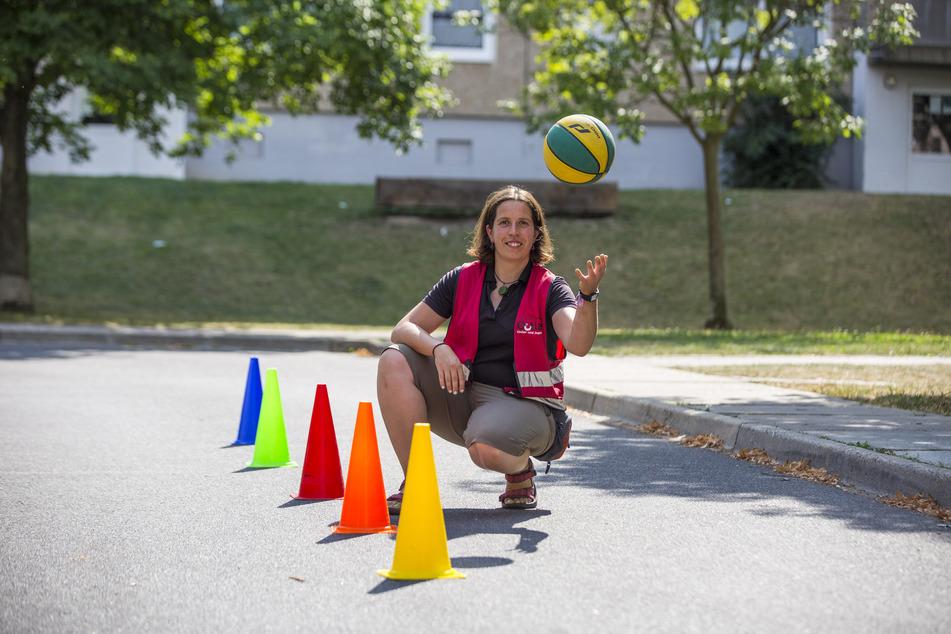 Teamleiterin Silvana Zühlke (36) vom Spielmobil Wirbelwind ist gespannt zu erfahren, wie sich die Kinder ihrem neuen Waldspielplatz vorstellen.