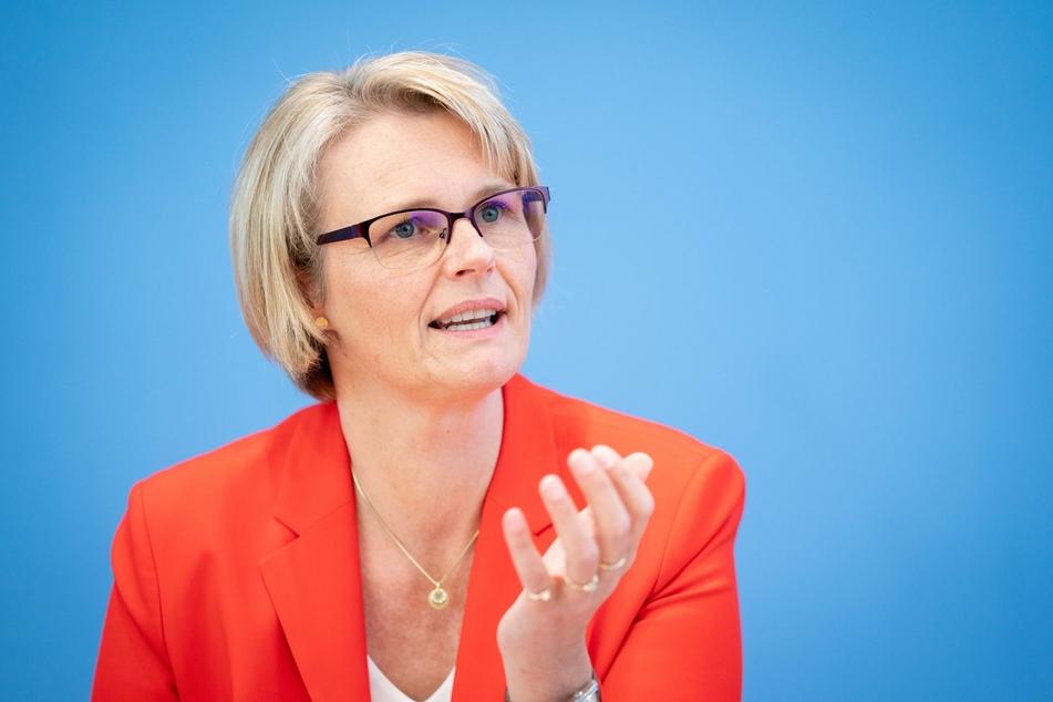 Bundesbildungsministerin Anja Karliczek (CDU) will auch Schülern, deren Eltern sich bisher keine Netzanbindung leisten konnten, den Zugang zu schnellem Internet ermöglichen.