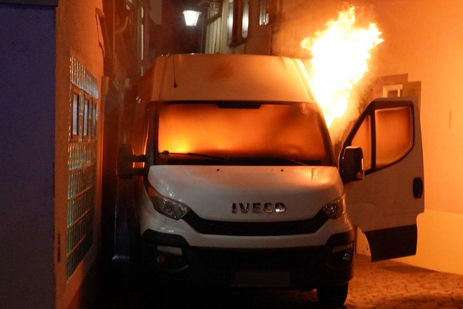 Plötzlich ging der Wagen in Flammen auf.