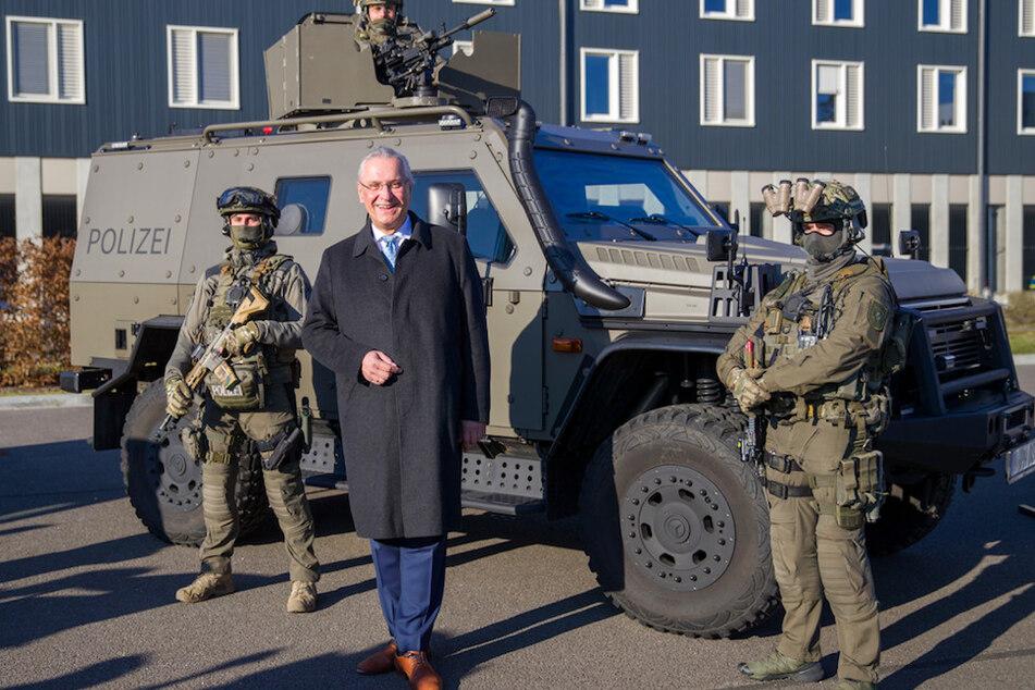 Joachim Herrmann (64, CSU), Innenminister von Bayern, steht vor an einem neuen gepanzerten Offensivfahrzeug der Spezialeinheiten auf dem Gelände der IV. Bereitschaftspolizeiabteilung.