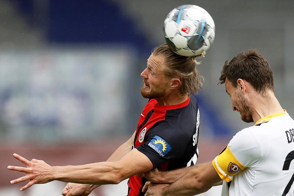 Umkämpftes Kopfballduell zwischen Marcel Titsch-Rivero (l.) aus Wiesbaden in Aktion mit Florian Ballas (r.) aus Dresden
