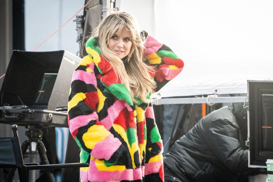 Heidi Klum (47) bei den Dreharbeiten der aktuellen GNTM-Staffel - in der Umstyling-Folge musste besonders Kandidatin Mareike (26) Haare lassen.