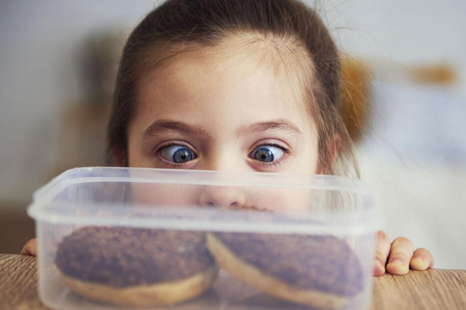 Zu viel Zucker, Salz und Fett in Nahrungsmitteln tragen zum Übergewicht unserer Kinder bei.
