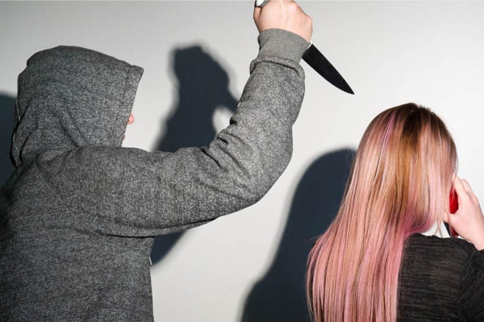 Der Täter stach mehrfach auf die junge Frau ein und verletzte sie lebensgefährlich (Symbolbild).