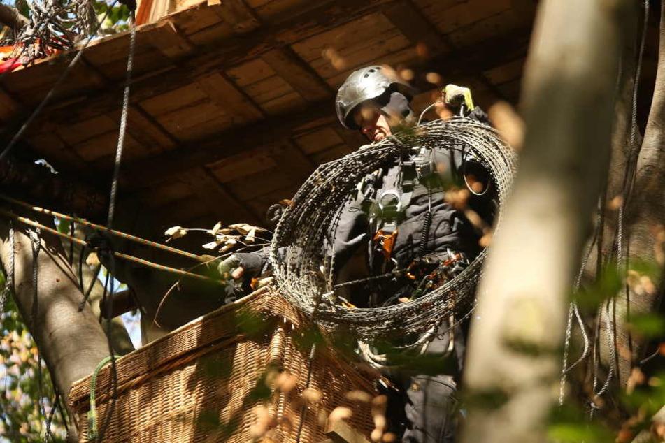 Die Polizei hat ihre Räumungsarbeiten wieder aufgenommen.