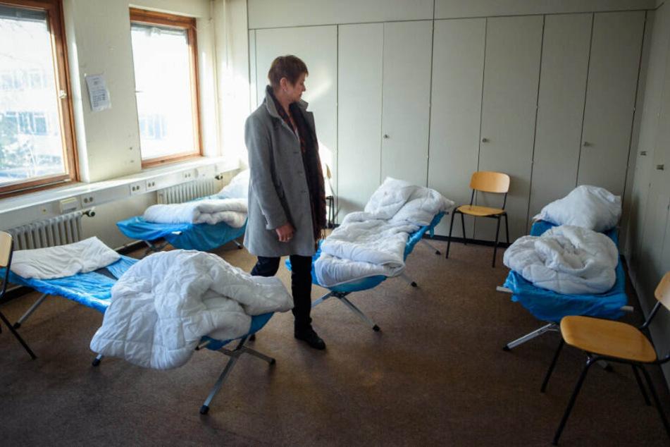 Elke Breitenbach (Die Linke), Senatorin für Integration, Arbeit und Soziales, besichtigt eines der Mehrbettzimmer in der Notunterkunft der Gebewo gGmbH für Obdach- und Wohnungslose in der Storkower Straße. (Archivbild)