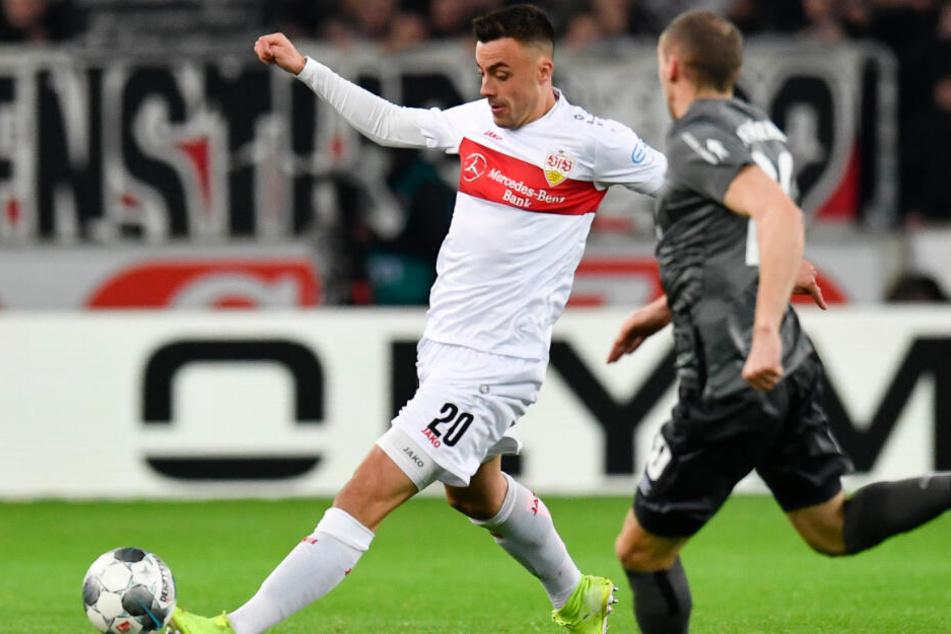 Stuttgarts Philipp Förster (l) spielt gegen Nürnbergs Lukas Jäger.
