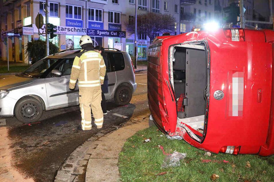 Der VW kippte um und blieb auf der Seite liegen.