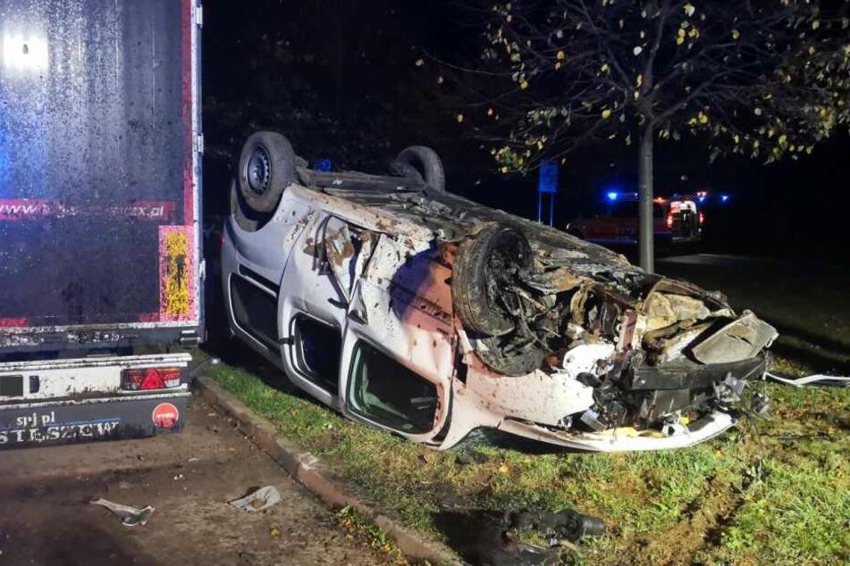 Drei Menschen schwer verletzt: Auto kracht gegen Findling und wird komplett zerstört