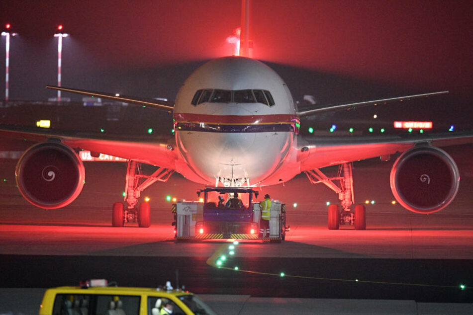 Die ersten 34 abgelehnten afghanischen Asylbewerber sind nach einem Nachtflug aus Frankfurt am Main in der afghanischen Hauptstadt Kabul angekommen.