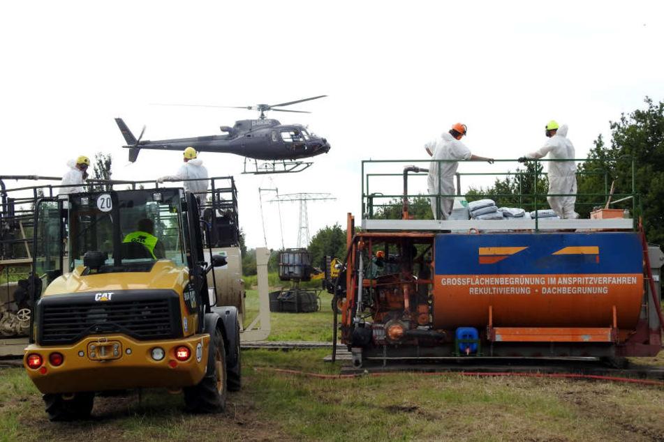Am sogenannten Mischplatz wird der Sprühbehälter des Helikopters mit dem Kleister-Gemisch beladen.
