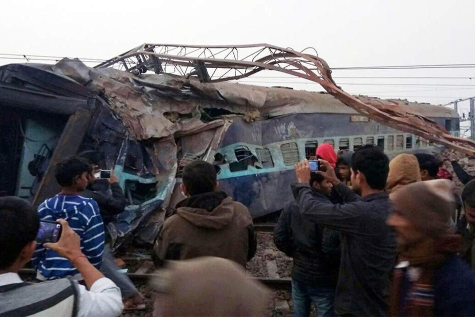 In Indien sind zwei Menschen bei einem schweren Zugunglück gestorben.
