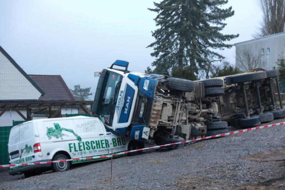 Der Laster kippte seitlich auf den Transporter.