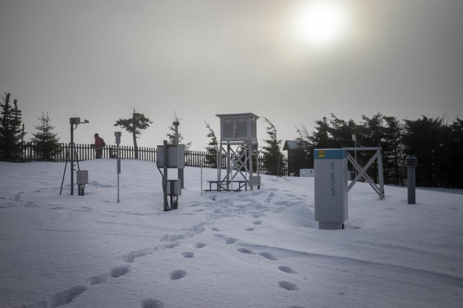 Maschinen übernehmen die Wetterstation des Deutschen Wetterdiensts auf dem Fichtelberg. So sieht das automatisierte Messfeld aus.
