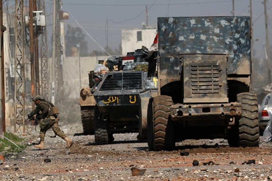 Irakische Soldaten kämpfen in Mossul gegen den IS.