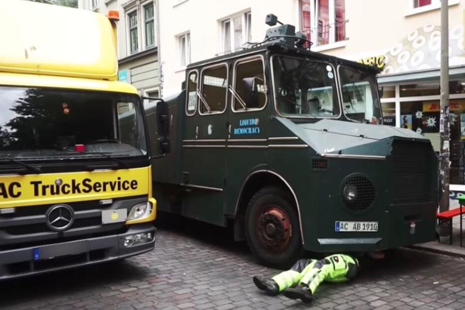 Der Wasserwerfer wurde beim G20-Gipfel in Hamburg schließlich abgeschleppt.