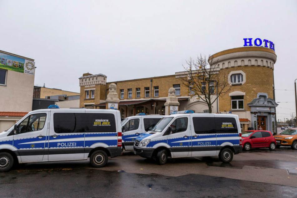 Starkes Polizeiaufgebot in Eutritzsch: Seit Mittwoch früh wird im Fundament dieses Lagerhauses nach einer einbetonierten Leiche gesucht.