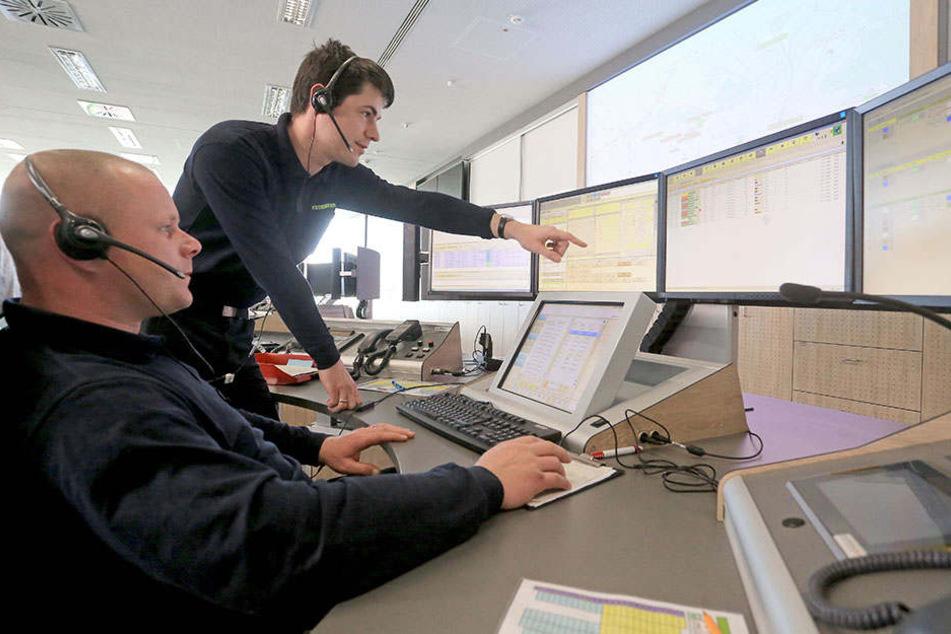 Alles im Blick: Lars Duty (42) und Matti Adlung (32, v.l.) in der Integrierten Regionalleitstelle