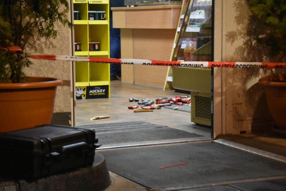 Ein Absperrband der Polizei vor dem Eingang der Tankstelle.