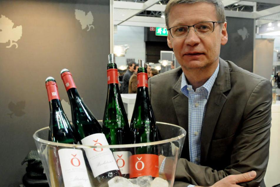 """TV-Moderator Günther Jauch präsentiert auf der Fachmesse Weinflaschen seines Weingutes """"Von Othegraven"""" aus dem rheinisch-pfälzischen Kanzem an der Saar."""