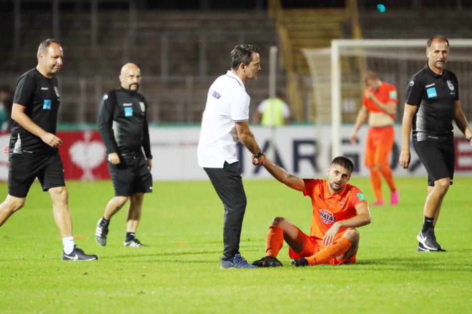 Er achtet auf seine Spieler: Trainer Dirk Schuster (l.) ließ Dimitrij Nazarov aus Fürth abreisen, damit er sich um seine Familie kümmern konnte.