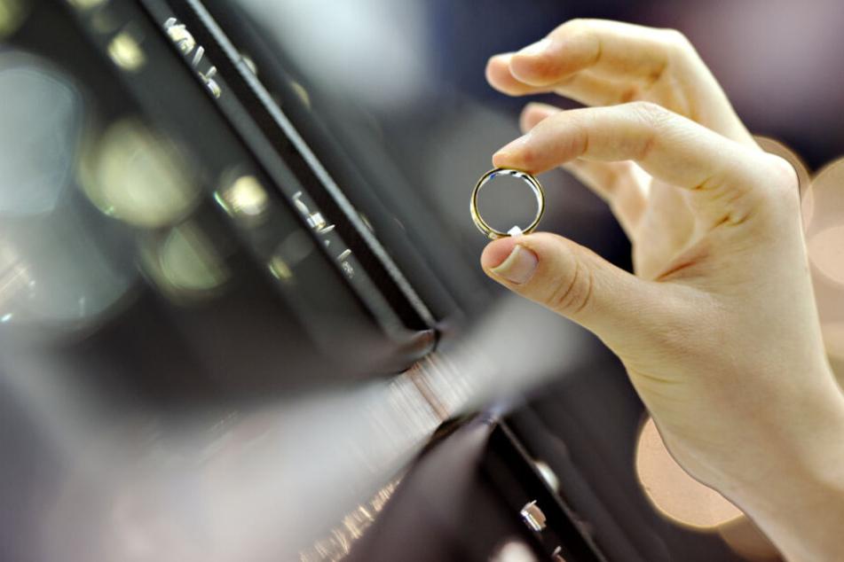 Eine Frau begutachtet einen Ring; vor allem Gold ist bei den Kunden gefragt. (Archivbild)