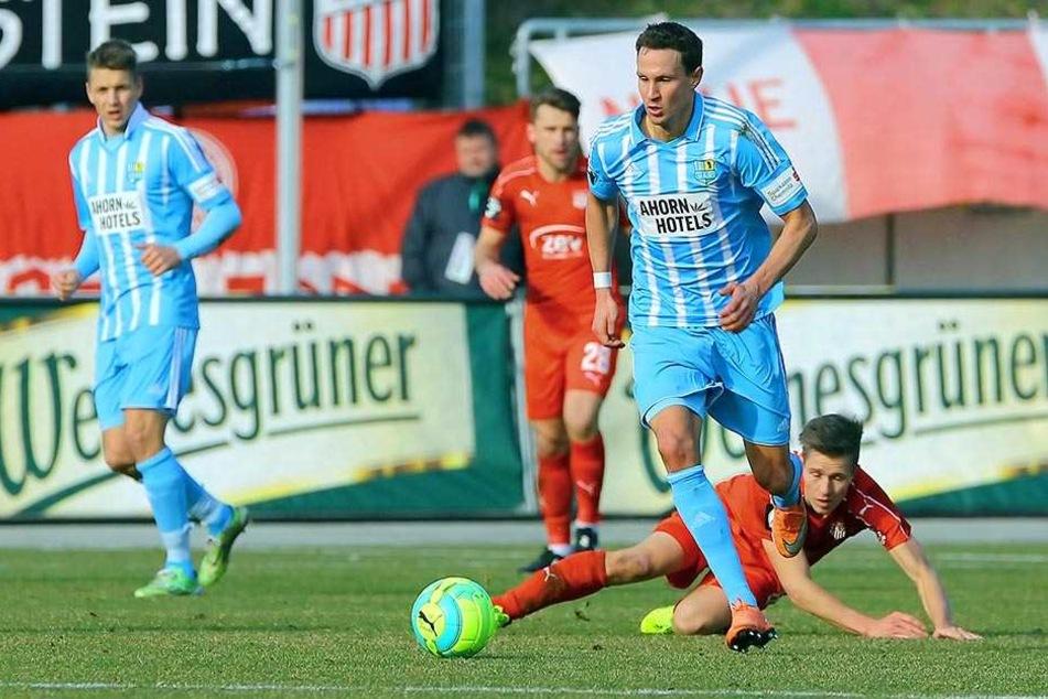 Mittelfeldmann Tim Danneberg marschiert im Derby gegen Zwickau über das Spielfeld.