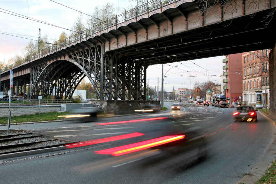 Mann rast gegen Viadukt und stirbt in seinem Wagen