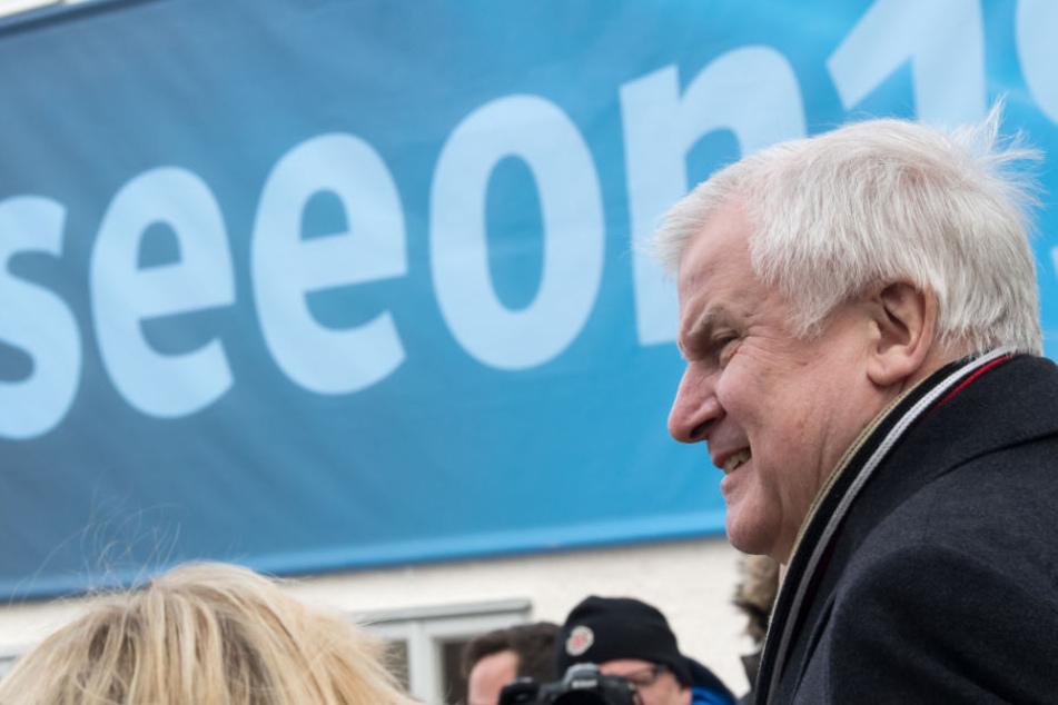 """Horst Seehofer läuft zum Auftakt der Winterklausur der CSU-Landesgruppe im Bundestag im Hof des Kloster Seeon an einem Plakat mit der Aufschrift """"#seeon19"""" vorbei."""