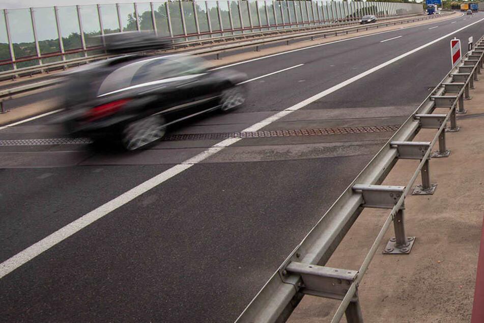 Nicht nur als Raser kann man auf der Autobahn angehalten werden - auch als notorischer Langsamfahrer (Symbolbild).