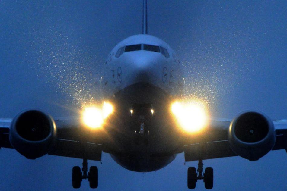 Ein Flugzeug landet bei Regen in Frankfurt. (Symbolbild)